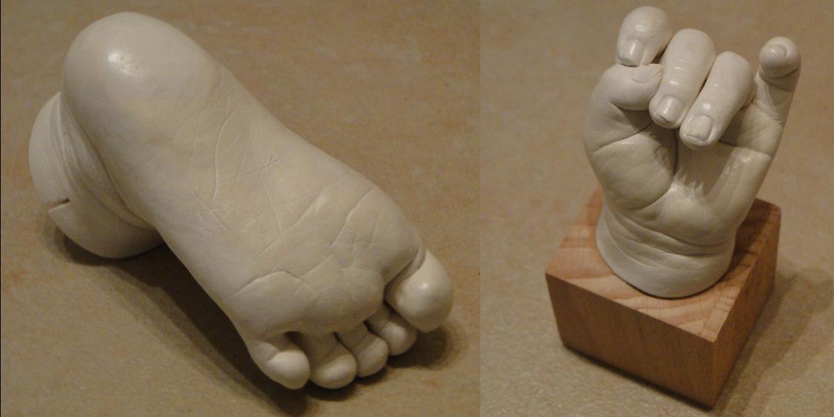 moulages de pied et main sur socle patine blanche